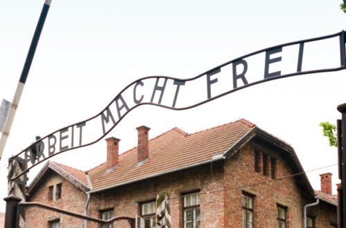 foto do portão de auschwitz