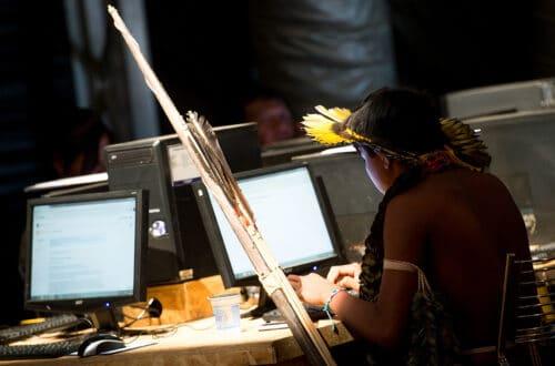"""Palmas (TO) - Indígenas brasileiros fazem cursos de informática na """"Oca Digital"""" durante os Jogos Mundiais dos Povos Indígenas. (Foto: Marcelo Camargo/Agência Brasil)"""