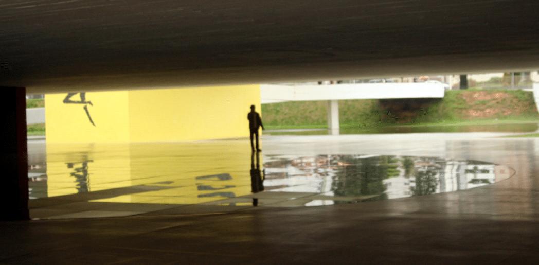 Pessoa caminhando sozinha no museu Oscar Niemeyer em Curitiba